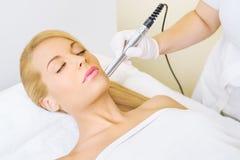 Giovane donna che riceve trattamento di microdermabrasion Fotografia Stock