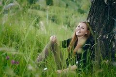 Giovane donna che ride all'aperto immagine stock