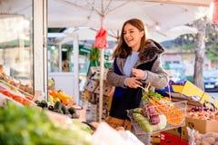 Giovane donna che ride del mercato del ` s dell'agricoltore Immagini Stock Libere da Diritti