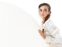 Giovane donna che riposa sul grande, aerostato bianco Fotografie Stock Libere da Diritti