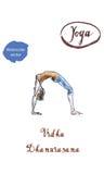 Giovane donna che risolve nel sottotetto che fa allungamento di esercizio di yoga, Fotografie Stock Libere da Diritti