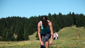 Giovane donna che runnning su un altipiano con il clima speciale archivi video