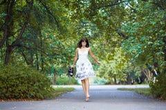 Giovane donna che salta e che gode dell'aria fresca dentro Fotografia Stock