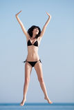 Giovane donna che salta sull'aria aperta Fotografie Stock