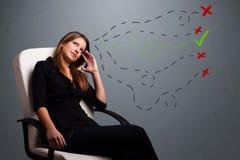 Giovane donna che sceglie fra i giusti e segni sbagliati Fotografia Stock