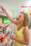 Giovane donna che sceglie pasta Immagini Stock Libere da Diritti