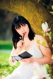 Giovane donna che scrive il suo diario Fotografia Stock Libera da Diritti