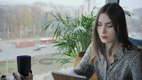 Giovane donna che scrive sul computer della compressa, chiacchierare, bloging Lavoro delle free lance nel coworking moderno del c stock footage