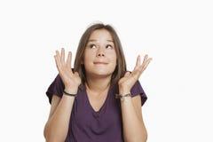 Giovane donna che sembra nervosa Immagine Stock