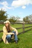 Giovane donna che si accovaccia Fotografia Stock