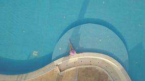 Giovane donna che si distende alla piscina stock footage