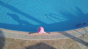 Giovane donna che si distende alla piscina video d archivio
