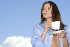 Giovane donna che si distende, caffè bevente Immagini Stock Libere da Diritti