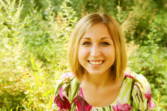 Giovane donna che si distende nell'erba Fotografie Stock