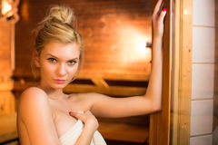 Giovane donna che si distende in una sauna Immagini Stock