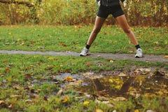 Giovane donna che si esercita al parco Fotografia Stock