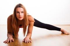 Giovane donna che si esercita - allungando Immagini Stock