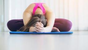 Giovane donna che si esercita allungando indietro posa di yoga Fotografie Stock