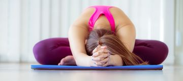Giovane donna che si esercita allungando indietro posa di yoga Immagini Stock Libere da Diritti