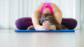 Giovane donna che si esercita allungando indietro posa di yoga Fotografia Stock Libera da Diritti