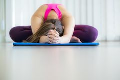 Giovane donna che si esercita allungando indietro posa di yoga Fotografia Stock