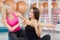 Giovane donna che si esercita con il suo istruttore di forma fisica Fotografia Stock