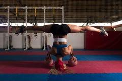 Giovane donna che si esercita con la campana del bollitore Fotografie Stock