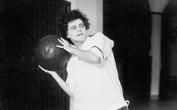 Giovane donna che si esercita con una palla medica (tutte le persone rappresentate non sono vivente più lungo e nessuna proprietà Immagine Stock Libera da Diritti