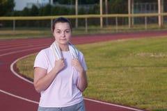 Giovane donna che si esercita su una pista all'aperto Fotografia Stock Libera da Diritti