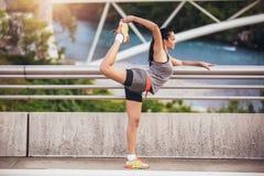 Giovane donna che si esercita sul ponte Fotografia Stock Libera da Diritti