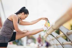 Giovane donna che si esercita sul ponte Fotografia Stock