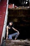 Giovane donna che si inginocchia in porta Fotografie Stock Libere da Diritti