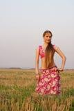 Giovane donna che si leva in piedi nel campo Immagine Stock Libera da Diritti
