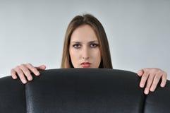 Giovane donna che si nasconde dietro grande Immagini Stock Libere da Diritti