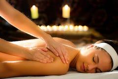 Giovane donna che si rilassa alla stazione termale di massaggio di ayurveda immagine stock