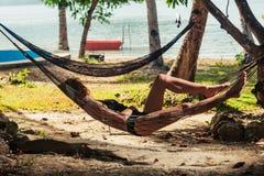 Giovane donna che si rilassa in amaca Immagine Stock