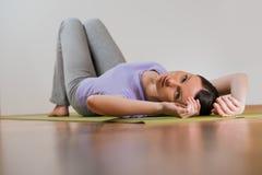 Giovane donna che si rilassa durante l'yoga Fotografia Stock