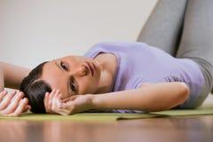 Giovane donna che si rilassa durante l'yoga Immagini Stock Libere da Diritti