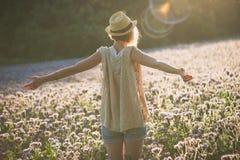 Giovane donna che si rilassa nel tramonto di estate all'aperto Stile di libertà della gente Fotografie Stock Libere da Diritti