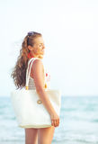 Giovane donna che si rilassa nella sera sulla spiaggia Immagine Stock