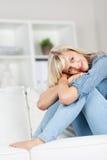 Giovane donna che si rilassa sul sofà Fotografia Stock Libera da Diritti