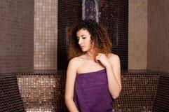 Giovane donna che si rilassa in un bagno turco al centro della stazione termale immagini stock libere da diritti