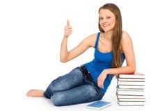 Giovane donna che si siede con i libri Fotografia Stock Libera da Diritti