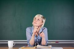 Giovane donna che si siede davanti alla lavagna Fotografia Stock Libera da Diritti