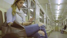 Giovane donna che si siede in metropolitana archivi video