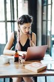 Giovane donna che si siede nella caffetteria fotografie stock libere da diritti