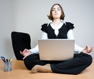 Giovane donna che si siede nella posa del loto Fotografie Stock