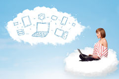 Giovane donna che si siede in nuvola con il computer portatile Fotografia Stock