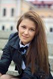 Giovane donna che si siede sull'le scale di pietra Immagine Stock