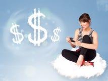 Giovane donna che si siede sulla nuvola accanto ai simboli di dollaro della nuvola Immagini Stock